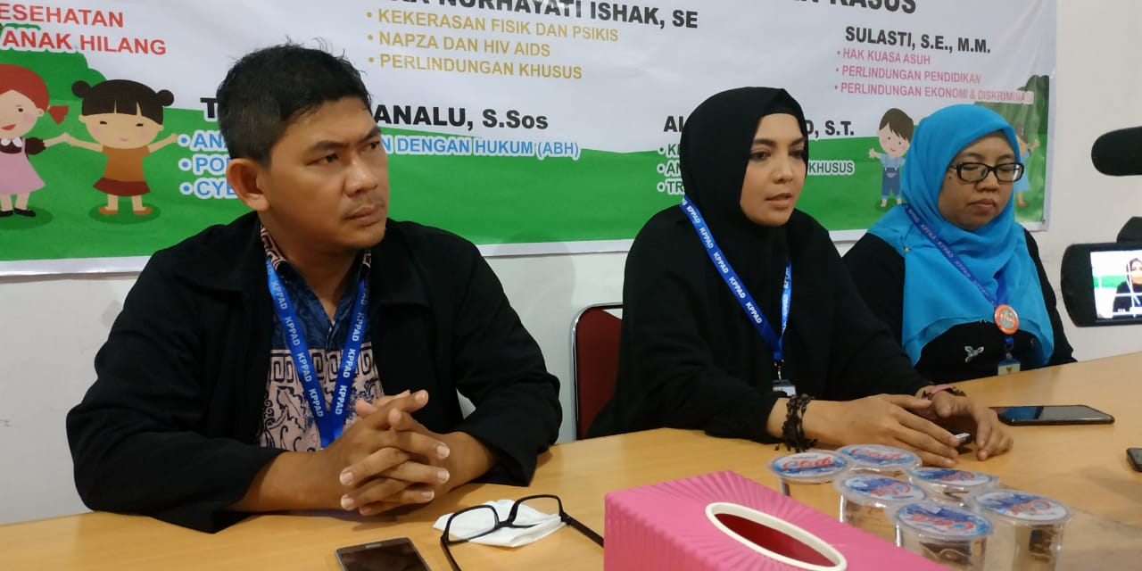 Komisioner Kppad Kalbar Konfrensi Pers Terkait Pelaporan Terhadap Salah Satu Akun Medsos Ke Polda Kalbar Foto Ico