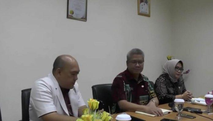 Kepala Dinas Kesehatan Kalbar, Harisson saat konfrensi pers didampingi Dokter Spesialis Paru Candra Jaya dan Direktur RSUD dr Soedarso, konfrensi pers waktu lalu.