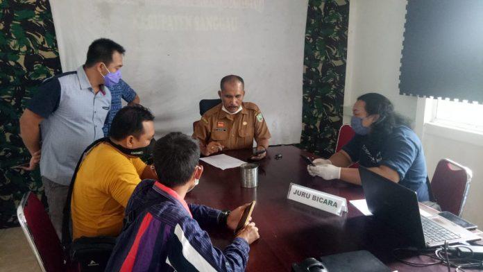 Plt Kepala Dinas Kesehatan Kabupaten Sanggau Ginting saat konfrensi pers terkait penambahan satu warga Sanggau positif covid-19