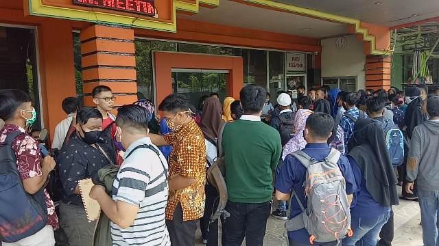 Pelamar yang berdesakan saat interview di Hotel Pelangi Sanggau