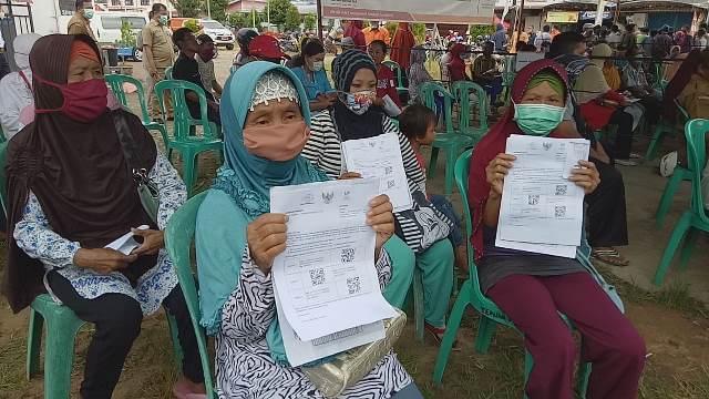 Masyarakat saat sedang mengambil Bantuan Langsung Tunai (BLT) Dana Desa.
