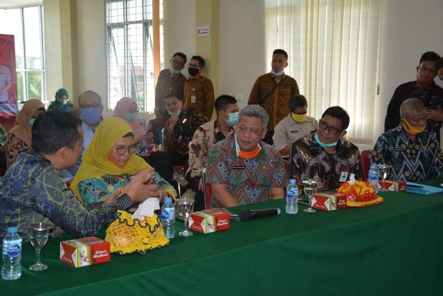 Wakil Ketua KPK RI bersama Kepala BKPK Kalbar, Bupati Kubu Raya dan Dirut Bank Kalbar menyaksikan penerapan transaksi nontunai di Desa Parit Baru.