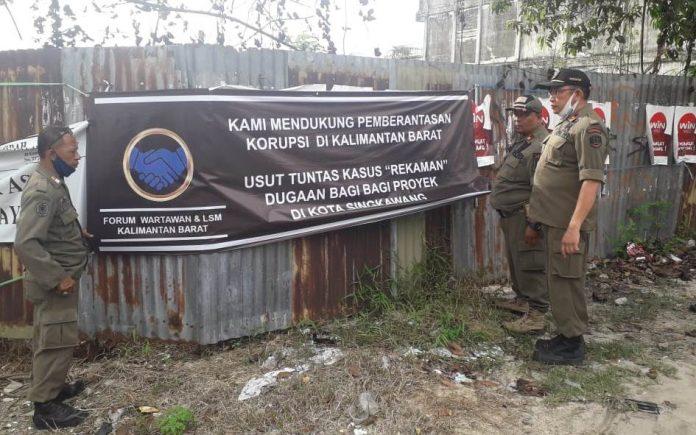 Satpol PP Kota Singkawang menertibkan baliho dan spanduk tak berizin.