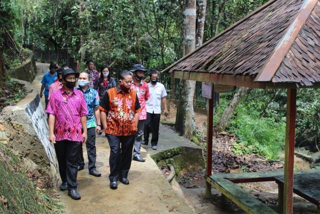 Bupati Sanggau Paolus Hadi disela meninjau objek wisata Pancur Aji Sanggau yang penutupannya diperpanjang