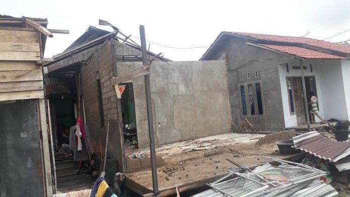 Rumah Umar Dolek yang roboh seketika diterjang angin puting beliung. Rumah ini baru dibangunnya sendiri selama empat bulan dan baru ditempati dua bulan.