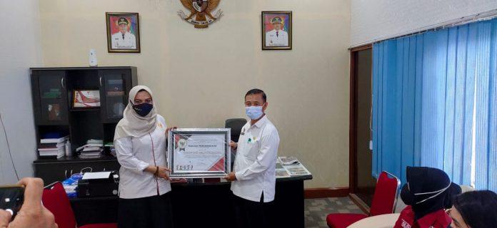 Kepala Dinsos P3AKB Sanggau Aloysius Yanto saat menerima penghargaan dari KPPAD Provinsi Kalbar.