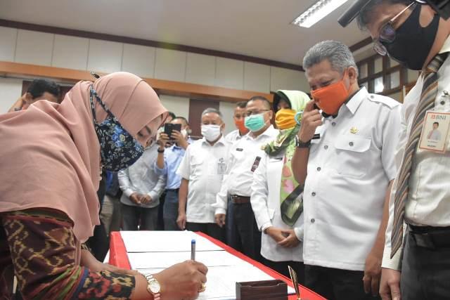 Bupati Kubu Raya menyerahkan simbolis BLT UMKM dari pemerintah pusat senilai Rp2,4 juta.