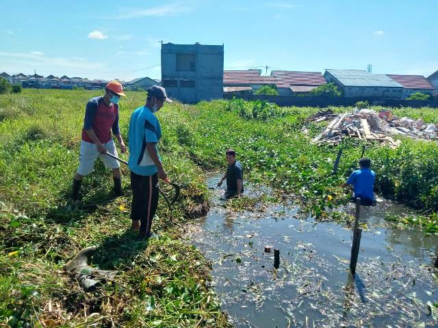 Warga dari beberapa komplek dan RT di Desa Sui Raya Dalam (Serdam) gotong royong membersihkan Parit Seribu.