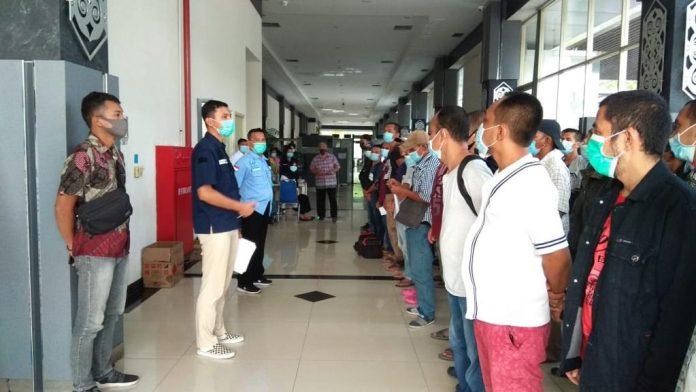 89 PMI yang dideportasi Malaysia sedang dilakukan pendataan oleh petugas di PLBN Entikong.