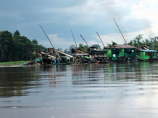Puluhan mesin fuso PETI yang beraktifitas di Sungai Kapuas Desa Nanga Biang.
