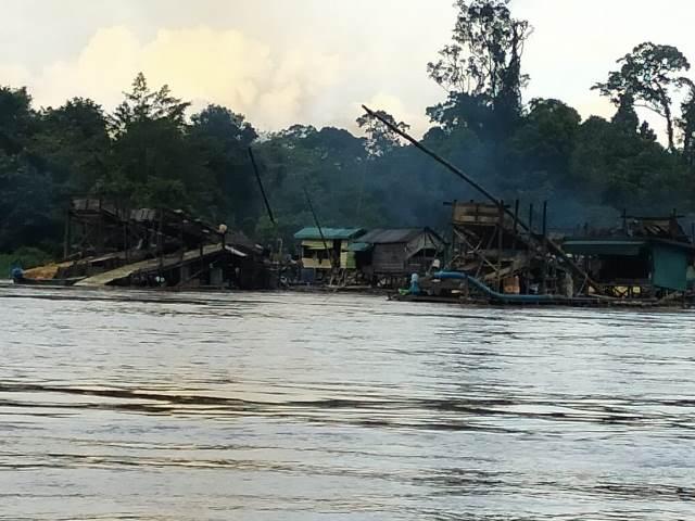 Aktifitas PETI yang menyebabkan tercemarnya sungai kapuas yang menjadi urat nadi kebutuhan ekonomi masyarakat