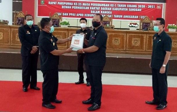 Bupati menyerahkan Nota Pengantar KUA - PPAS APBD Tahun Anggaran 2021 Kepada Ketua DPRD Jumadi.
