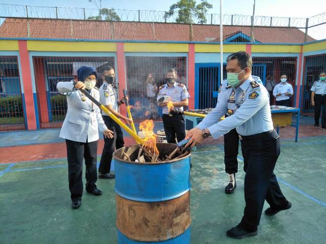 Pemusnahan barang bukti hasil pengeledahan dari napi dengan cara dibakar.