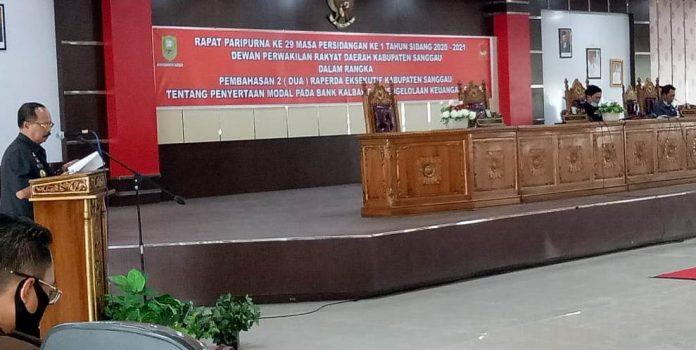 Wakil Bupati Yohanes Ontot membacakan penjelasan Bupati terkait dua Raperda yang diusulkan.