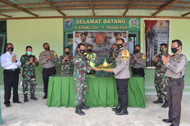 Danramil Sekadau Hilir, Kapten (Arh) L. Simare Mare menerima tumpeng dari Wakapolres Sekadau bertepatan HUT ke-75 TNI.