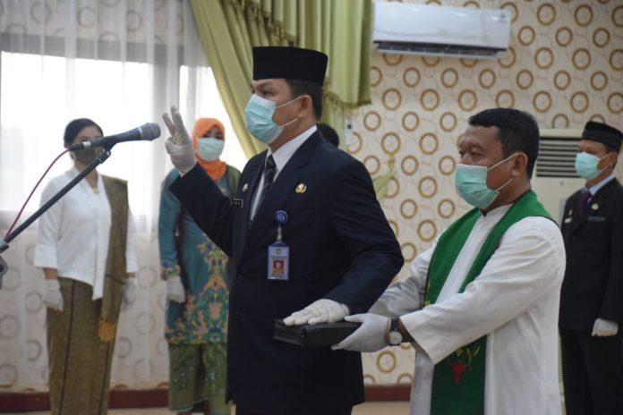 Pj Sekda Kabupaten Sekadau Frans Zeno saat pengambilan sumpah