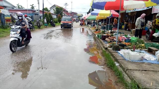 Kondisi Ruas jalan Pasar Jarai yang tergenangi air mengganggu aktifitas jual beli masyarakat.