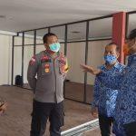 Sekda Sanggau didampingi Kabag Ops Polres Sanggau, Kepala Dinas PM PTSP dan Kasi Lalintaskim Imigrasi Kelas II TPI Sanggau meninjau persiapan MPP.