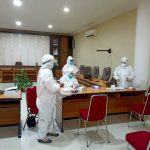 Petugas Kesehatan ketika melakukan rapid test terhadap anggota DPRD Sanggau.