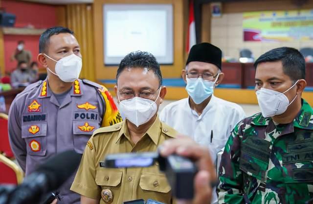 Wali kota Pontianak, Kapolresta dan Dandim saat memberikan keterangan pers kepada wartawan.