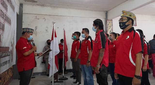 Ketua DPP PDKS Sanggau mengukuhkan pengurus DPC PDKS Kecamatan Meliau.
