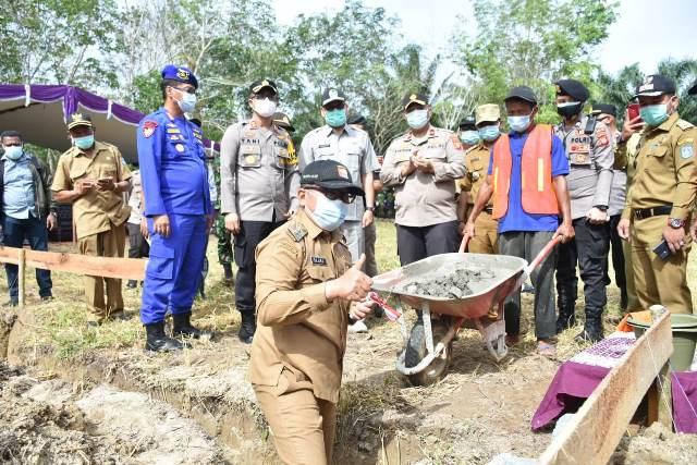 Wakil Bupati Kubu Raya saat meletakan batu pertama pembangunan Mapolsek Terentang.