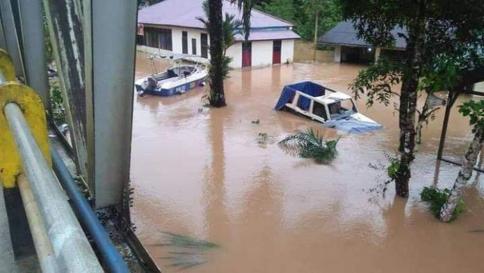 Bencana alam melanda sejumlah wilayah di Kalbar. Terparah yaitu bencana banjir sehingga Kalbar memberlakukan siaga darurat batingsor.