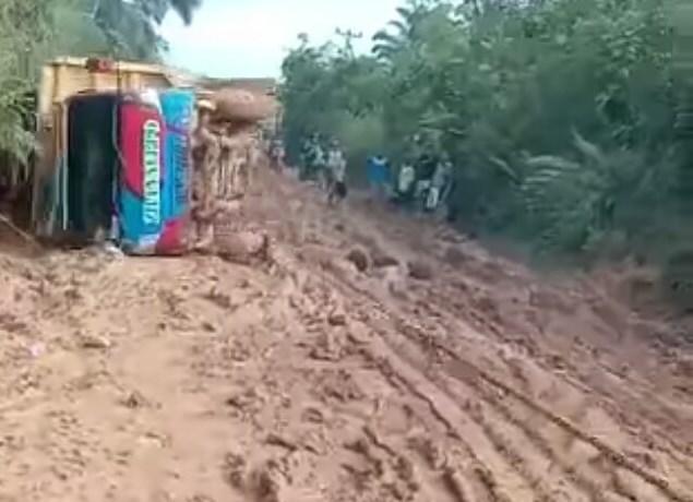 Kondisi jalan Mukok - Kedukul yang saat ini masih berkubangan lumpur.