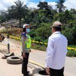 Kadis BM dan SDA Sanggau dan Kasat Lantas Polres Sanggau meninjau lokasi longsornya separuh badan jalan di Bondes.