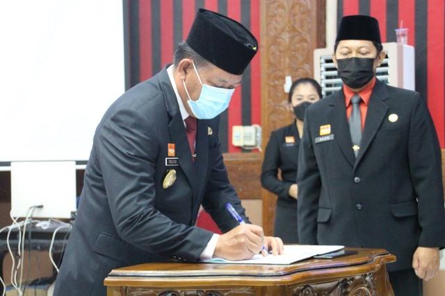 Bupati Sanggau Paolus Hadi saat melantik pejabat administrator, pengawas dan jabatan fungsional pengelola pengadaan barang dan jasa di lingkungan Pemkab Sanggau.