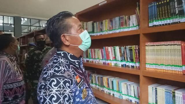 Bupati saat melihat koleksi buku yang tersedia di Gedung Perpustakaan usai diresmikan.