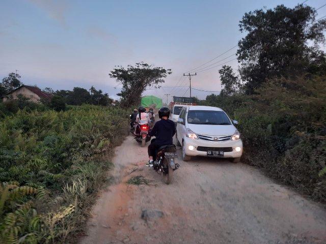 Jalan poros di Desa Bintang Mas yang rusak parah dan tahun ini akan diperbaiki. Termasuk yang di Parit Sarim Desa Punggur Kapuas Kecamatan Sui Kakap.