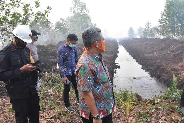 Bupati Kubu Raya saat meninjau lokasi kebakaran lahan yang berada dekat dengan SMAN 4 Sui Raya.
