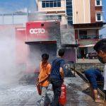 Mobil bengkel OCTO milik Bank Niaga dengan plat KB 8233 AY yang berada di depan supermarket Xing Mart Pontianak Tenggara Kota Pontianak tiba-tiba meledak