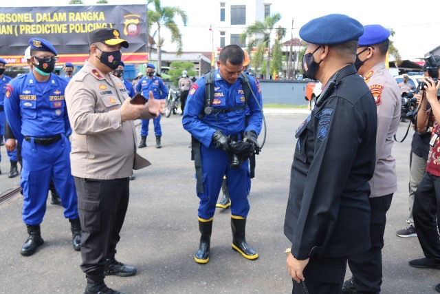 Wakapolda Kalbar saat memeriksa kesiapan personel dalam penanggulangan karhutla yang mulai marak di Pontianak dan Kubu Raya serta daerah lainnya.