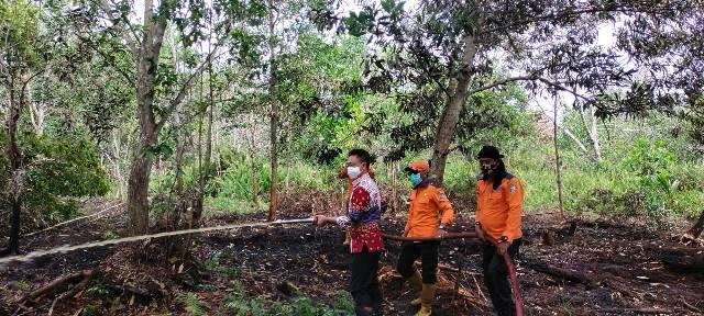 Wali kota Pontianak ikut memadamkan api yang membakar lahan di salah satu titik di Kota Pontianak.