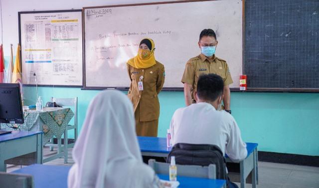 Wali Kota Pontianak saat meninjau belajar hari pertama yang mulai diberlakukan pada hari Senin (22/2).