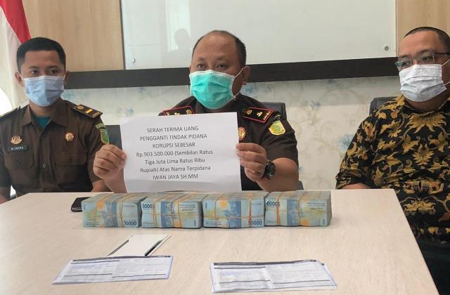 Kepala Cabjari Sanggau di Entikong ketika menunjukkan uang pengganti senilai Rp903.500.000 yang dibayarkan Iwan Jaya.