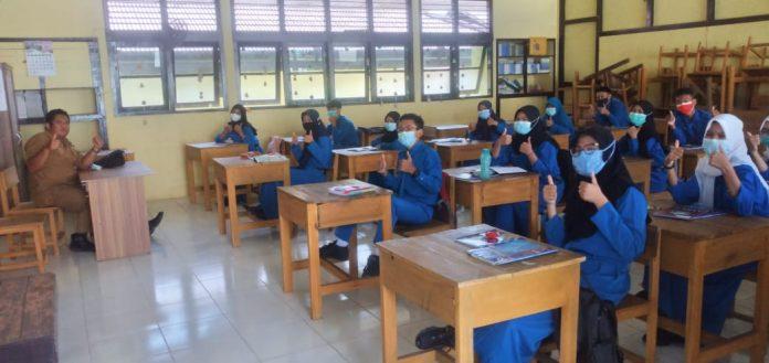 Setelah sempat menggelar Pembelajaran Tatap Muka (PTM), SMA Negeri 3 Sanggau menghentikan belajar tatap muka terbatas, Rabu (24/2).