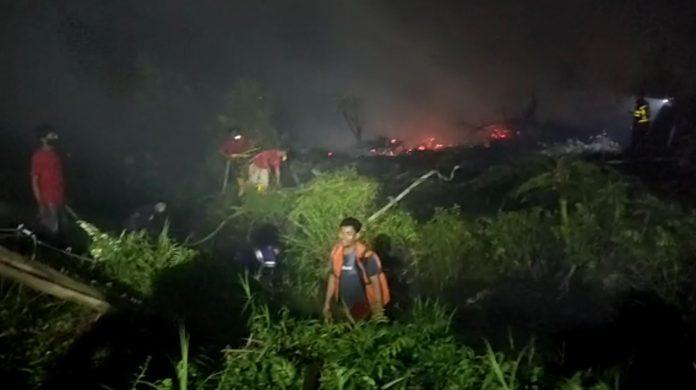 Tim gabungan saat memadamkan api di lahan terbakar di Kota Pontianak