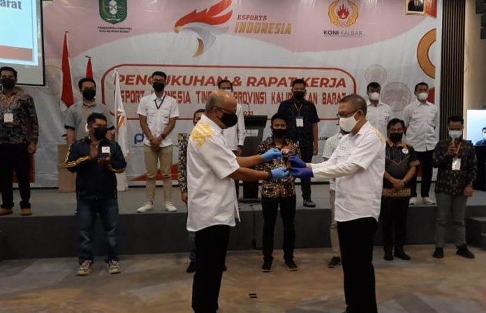 Ketua Pengprov ESI Kalbar, AB Soebanar memberikan cinderamata kepada Gubernur Kalbar Sutarmidji