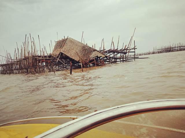 Jermal milik nelayan Padang Tikar yang ditabrak ponton namun hingga kini belum ditemukan pelakunya.
