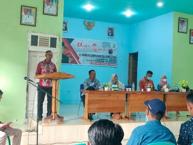 Kepala Desa Sumber Agung menyampaikan aspirasi pembangunan kepada Ketua DPRD Kubu Raya yang melakukan reses di Desa Sumber Agung.
