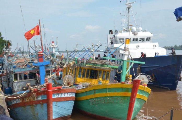 Kapal - kapal Vietnam yang ditangkap Petugas Dirjen PSDKP KKP dibawa ke PSDKP Pontianak. Kelima kapal ini menggunakan jaring cumi sebagai modus baru.