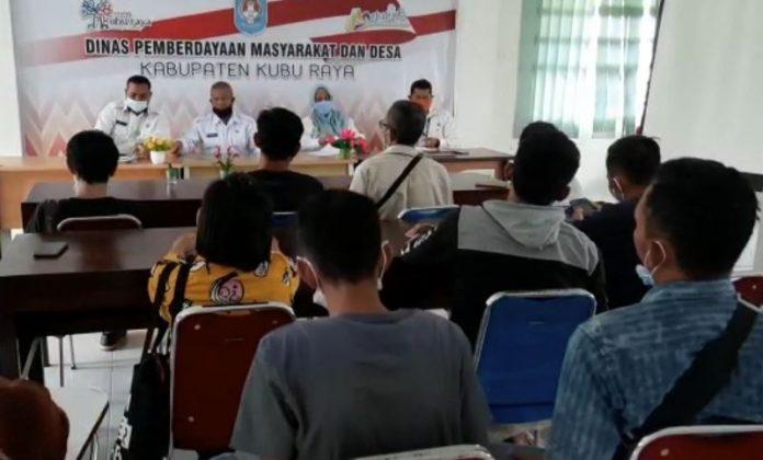 Orang tua korban bersama kerabat saat melapor ke Dinas Pemberdayaan Masyarakat dan Desa Kubu Raya terkait oknum kades yang diduga melakukan kejahatan seksual terhadap pelajar.