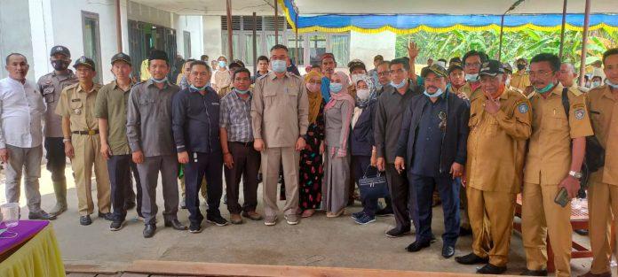 Anggota DPRD Kubu Raya foto bersama Tim Pemekaran saat sosialisasi Pembentukan Kecamatan Kerta Mulia.