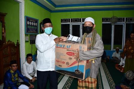 Bupati Kayong Utara saat safari ramadan di Masjid Dusun Jaya Tanjung Terong Desa Pelapis Kecamatan Kepulauan Karimata menyerahkan bantuan.
