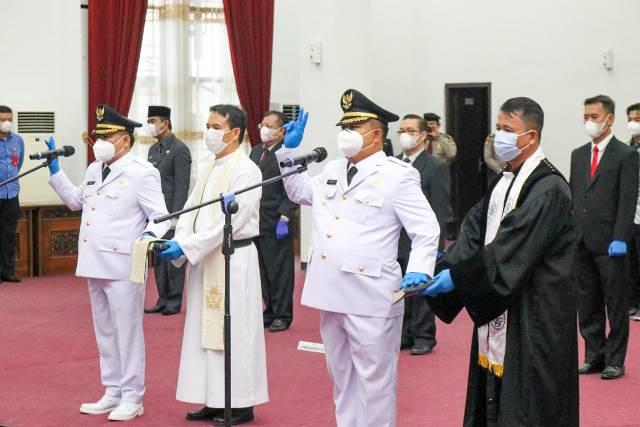 Pasangan Bupati dan Wakil Bupati Sekadau usai dilantik Gubernur Kalbar.
