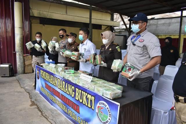 Ditresnarkoba Polda Kalbar memusnahkan narkotika jenis sabu seberat 53 kg atau 53.657,18 gram.