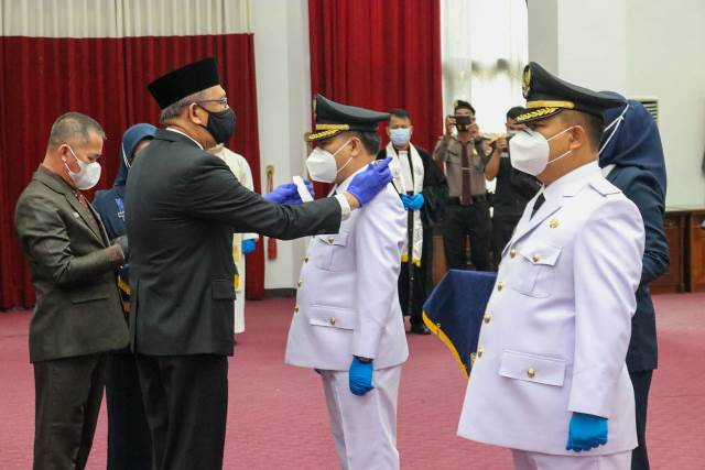 Gubernur Kalbar saat melantik pasangan Bupati dan Wakil Bupati Sekadau.